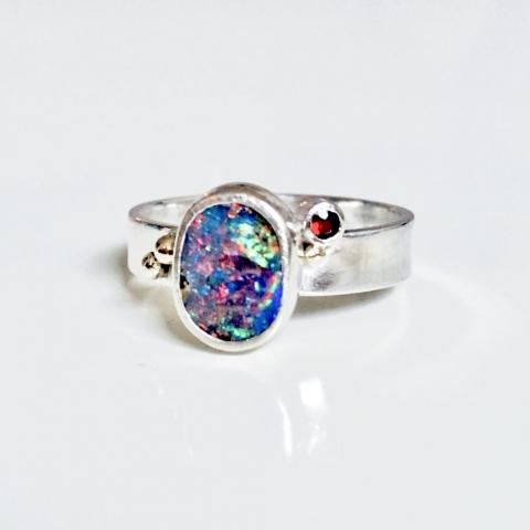 Zilveren ring met doublet opaal, granaat en gouden bolletjes