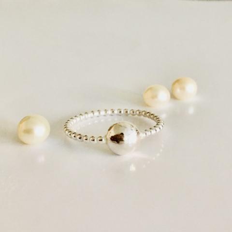 Zilveren ring van pareldraad