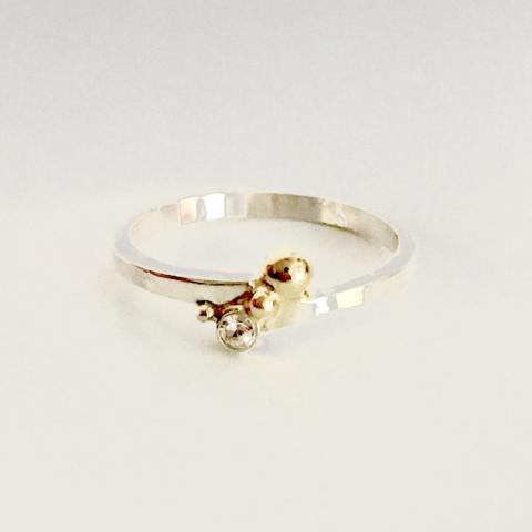 Zilveren ring met zirkonia en gouden bolletje