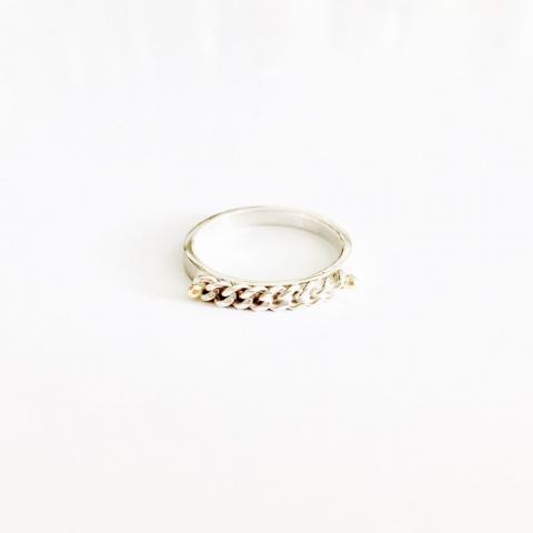 Zilveren ring met ketting en gouden bolletjes