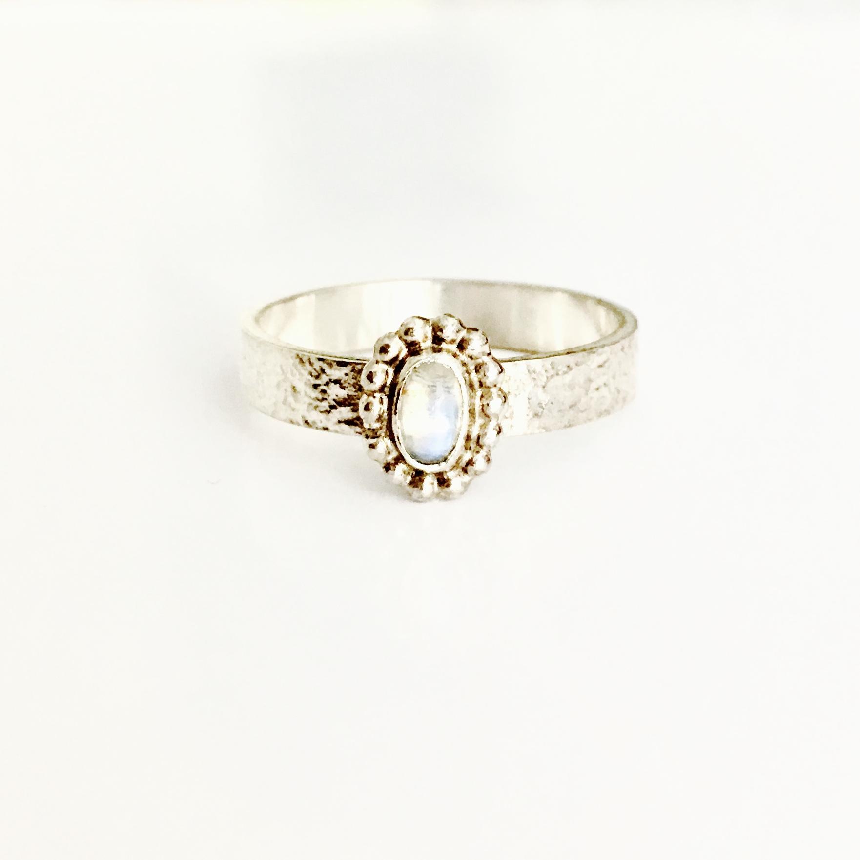 Zilveren ring met pareldraad en maansteen