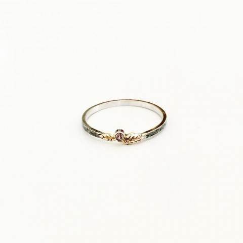 Zilveren geoxideerde ring met gouden blaadjes en synthetische alexandriet