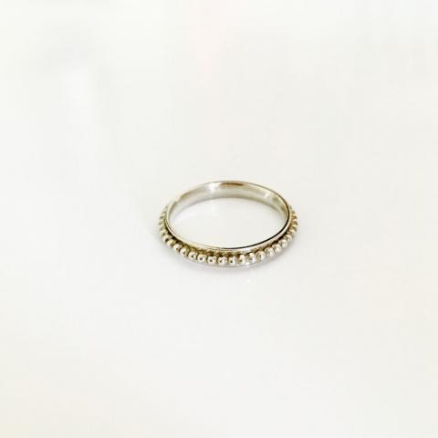 Zilveren ring met bewegende buitenring van pareldraad