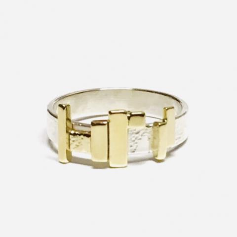 Zilveren ring met gouden plaatjes